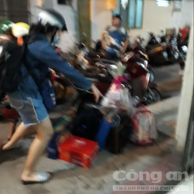 Chung cư ở trung tâm Sài Gòn nghiêng nghiêm trọng, khẩp cấp di dời dân trong đêm - Ảnh 7.