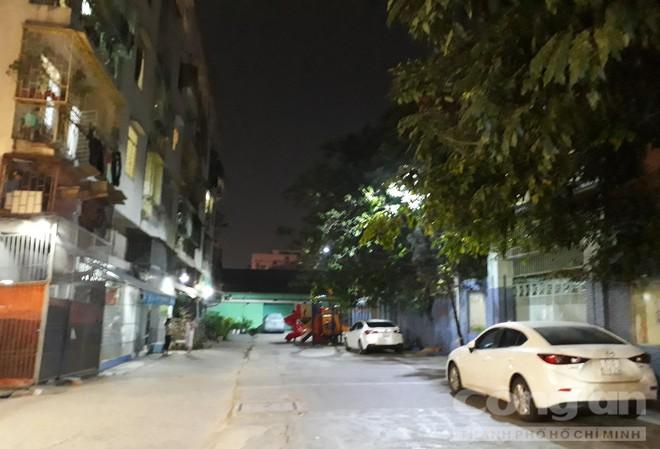 Chung cư ở trung tâm Sài Gòn nghiêng nghiêm trọng, khẩp cấp di dời dân trong đêm - Ảnh 10.