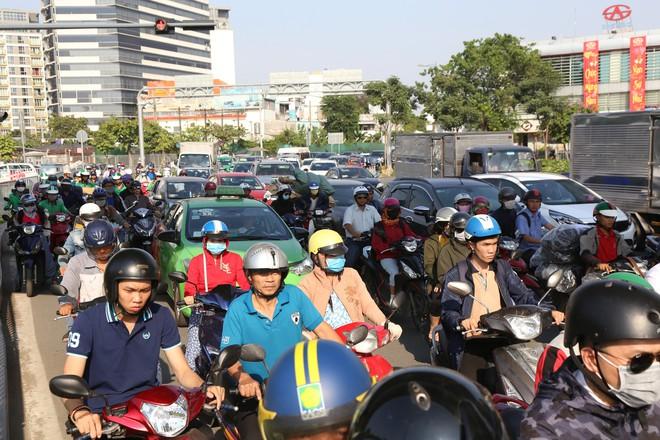 Hàng nghìn phương tiện chôn chân dưới cái nắng ở cổng sân bay Tân Sơn Nhất - Ảnh 8.