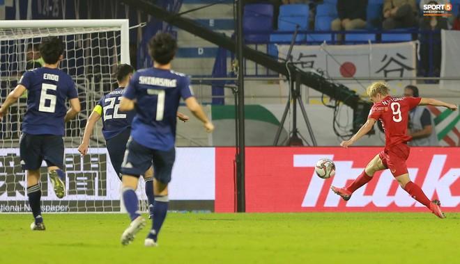 Văn Toàn đổ gục sau trận thua, ai nhìn hình ảnh này cũng muốn vào sân kéo cậu ấy đứng dậy - Ảnh 2.