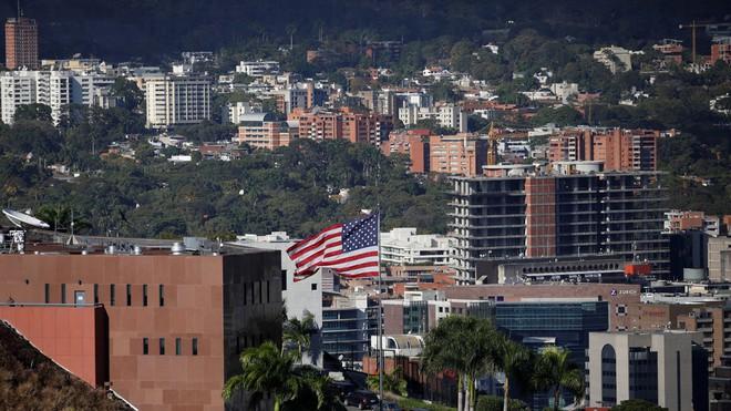 Venezuela: Phe ủng hộ TT Maduro dọa cắt điện ĐSQ Mỹ, Mỹ triệu hồi nhân viên ngoại giao về nước - Ảnh 2.