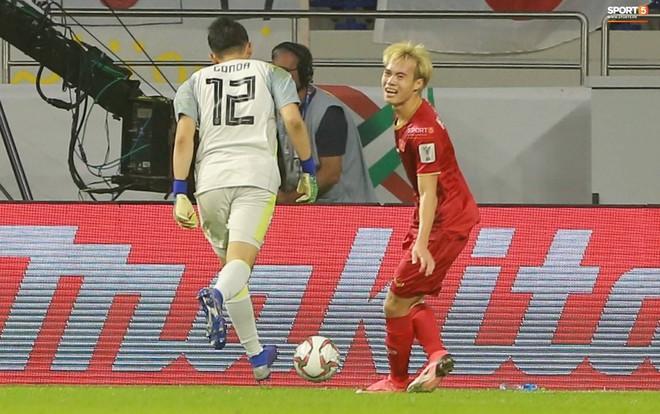 Văn Toàn đổ gục sau trận thua, ai nhìn hình ảnh này cũng muốn vào sân kéo cậu ấy đứng dậy - Ảnh 3.