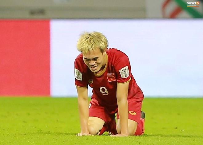 Văn Toàn đổ gục sau trận thua, ai nhìn hình ảnh này cũng muốn vào sân kéo cậu ấy đứng dậy - Ảnh 4.