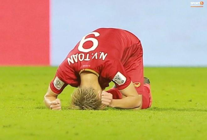 Văn Toàn đổ gục sau trận thua, ai nhìn hình ảnh này cũng muốn vào sân kéo cậu ấy đứng dậy - Ảnh 6.