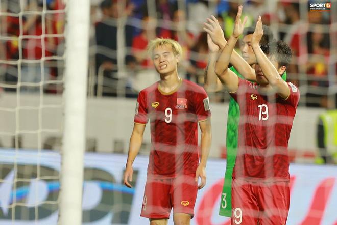 Văn Toàn đổ gục sau trận thua, ai nhìn hình ảnh này cũng muốn vào sân kéo cậu ấy đứng dậy - Ảnh 7.