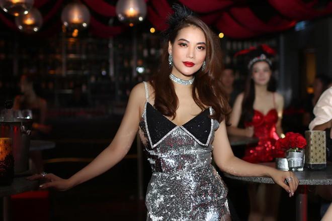 Trương Ngọc Ánh diện đầm ngắn khoe chân dài thon gọn - Ảnh 3.