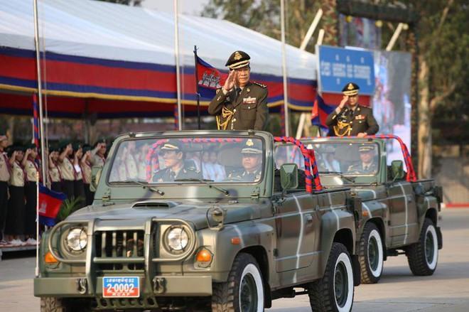 Không chịu kém Lào, Quân đội Campuchia phô diễn vũ khí tối tân kỷ niệm 20 năm thành lập - Ảnh 1.