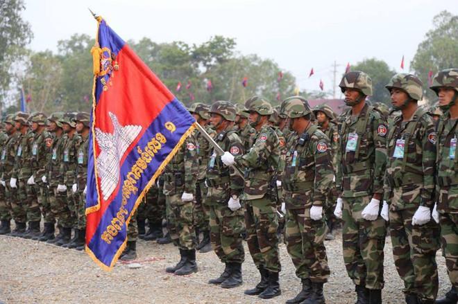 Không chịu kém Lào, Quân đội Campuchia phô diễn vũ khí tối tân kỷ niệm 20 năm thành lập - Ảnh 2.