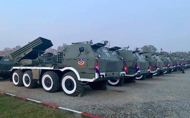 Không chịu kém Lào, Quân đội Campuchia phô diễn vũ khí tối tân kỷ niệm 20 năm thành lập
