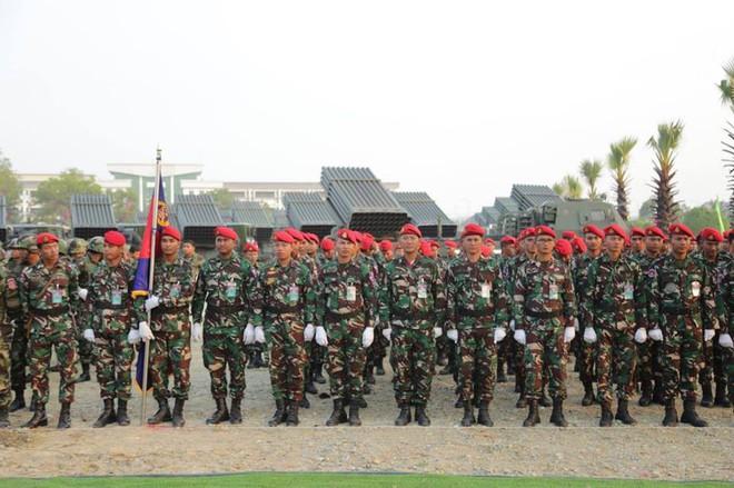 Không chịu kém Lào, Quân đội Campuchia phô diễn vũ khí tối tân kỷ niệm 20 năm thành lập - Ảnh 3.