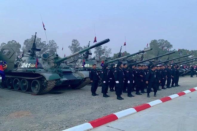 Không chịu kém Lào, Quân đội Campuchia phô diễn vũ khí tối tân kỷ niệm 20 năm thành lập - Ảnh 4.
