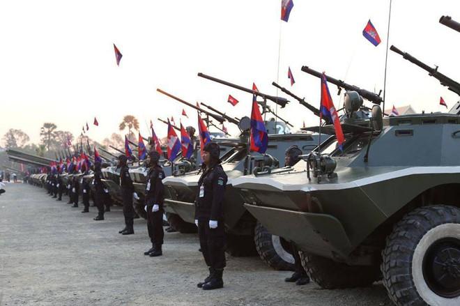 Không chịu kém Lào, Quân đội Campuchia phô diễn vũ khí tối tân kỷ niệm 20 năm thành lập - Ảnh 5.