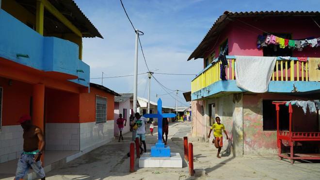 Cuộc sống đáng mơ ước nhưng đầy khổ ải tại hòn đảo chật nhất thế giới: Rộng bằng 2 sân bóng đá nhưng mật độ dân siêu khủng - Ảnh 3.