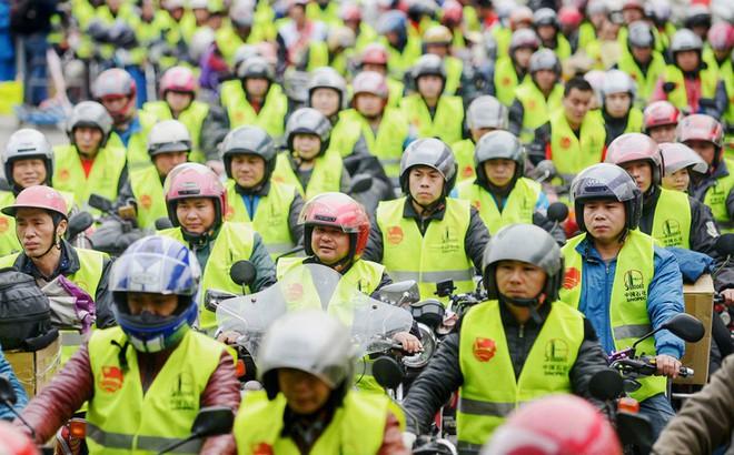 7 ngày qua ảnh: Công nhân chờ đổ xăng miễn phí trên đường trở về quê ăn tết