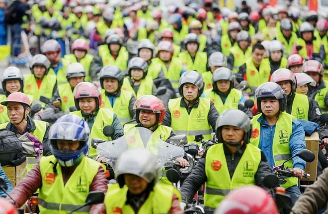 7 ngày qua ảnh: Công nhân chờ đổ xăng miễn phí trên đường trở về quê ăn tết - Ảnh 3.