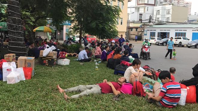 Hàng trăm khách ngủ vật vờ tại ga Sài Gòn vì tàu trật bánh ở Bình Thuận - Ảnh 1.