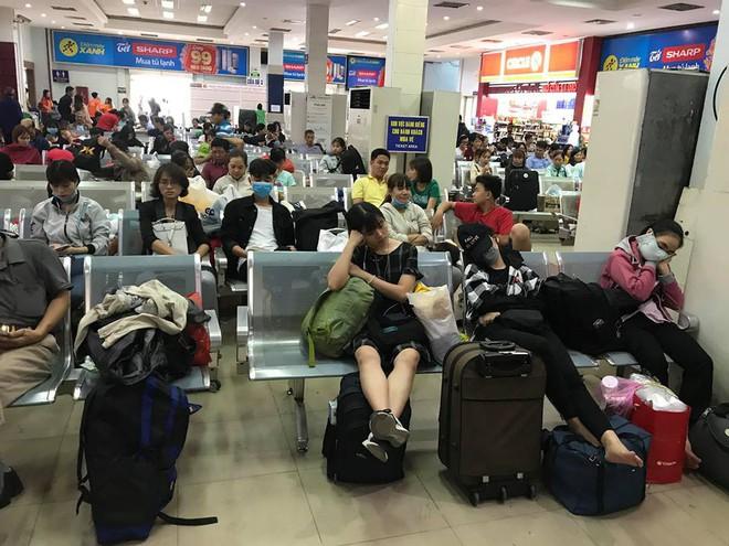 Hàng trăm khách ngủ vật vờ tại ga Sài Gòn vì tàu trật bánh ở Bình Thuận - Ảnh 2.