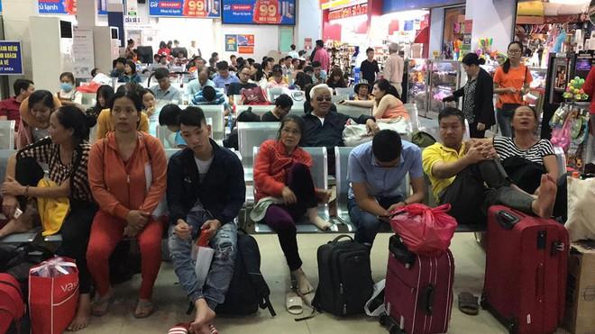Hàng trăm khách ngủ vật vờ tại ga Sài Gòn vì tàu trật bánh ở Bình Thuận - Ảnh 3.