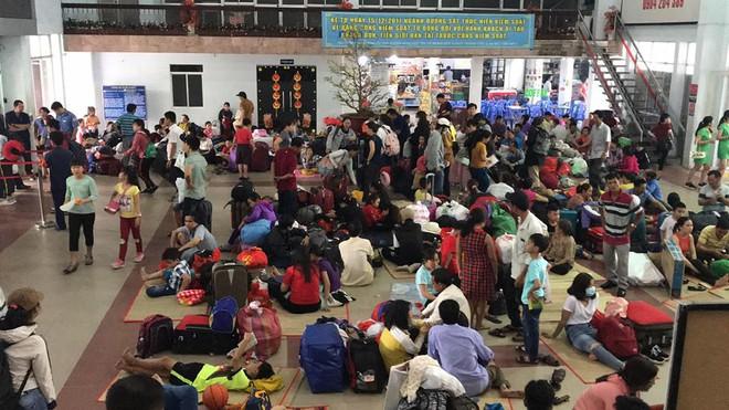 Hàng trăm khách ngủ vật vờ tại ga Sài Gòn vì tàu trật bánh ở Bình Thuận - Ảnh 4.