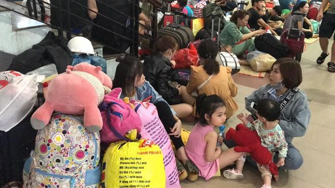 Hàng trăm khách ngủ vật vờ tại ga Sài Gòn vì tàu trật bánh ở Bình Thuận - Ảnh 6.