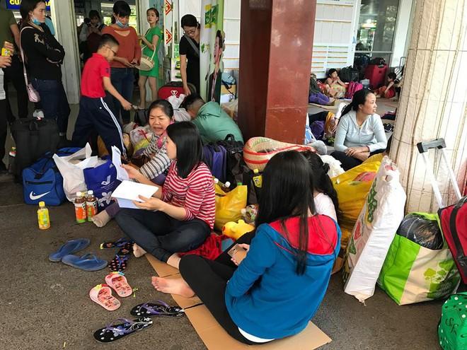 Hàng trăm khách ngủ vật vờ tại ga Sài Gòn vì tàu trật bánh ở Bình Thuận - Ảnh 7.