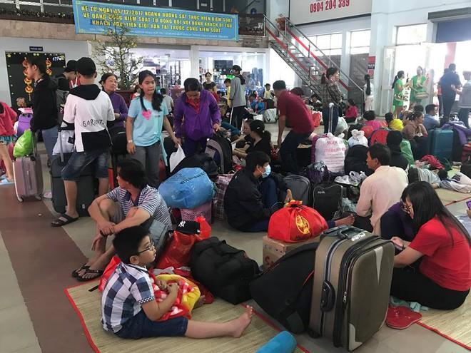 Hàng trăm khách ngủ vật vờ tại ga Sài Gòn vì tàu trật bánh ở Bình Thuận - Ảnh 8.