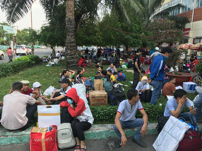Hàng trăm khách ngủ vật vờ tại ga Sài Gòn vì tàu trật bánh ở Bình Thuận - Ảnh 9.