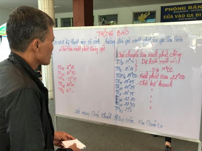 Hàng trăm khách ngủ vật vờ tại ga Sài Gòn vì tàu trật bánh ở Bình Thuận - Ảnh 10.