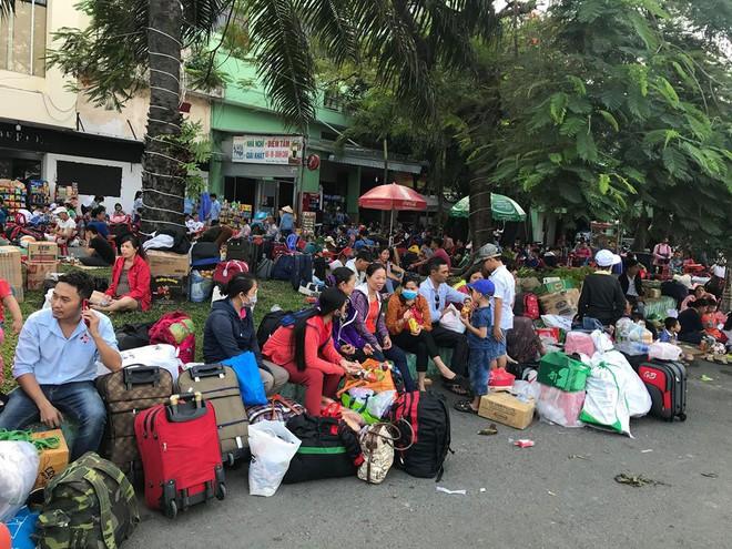 Hàng trăm khách ngủ vật vờ tại ga Sài Gòn vì tàu trật bánh ở Bình Thuận - Ảnh 11.
