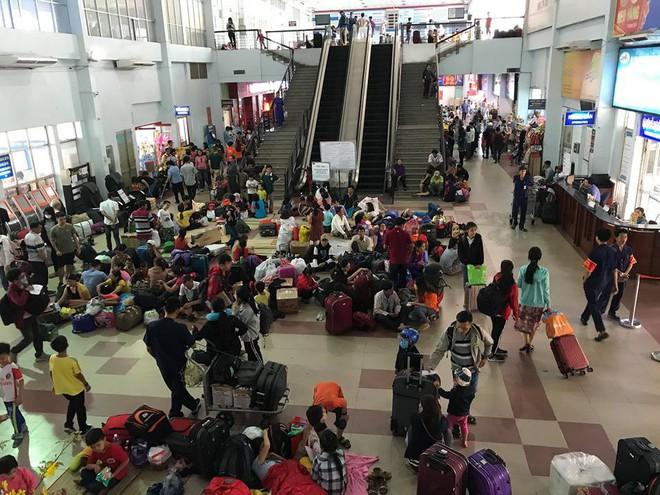 Hàng trăm khách ngủ vật vờ tại ga Sài Gòn vì tàu trật bánh ở Bình Thuận - Ảnh 12.