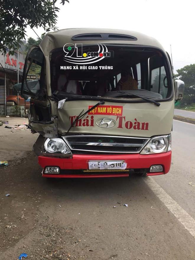 Hiện trường vụ t.ai n.ạn xe khách lao vào 6 xe máy bên đường khiến nhiều người r.ùng m.ình  - Ảnh 1.