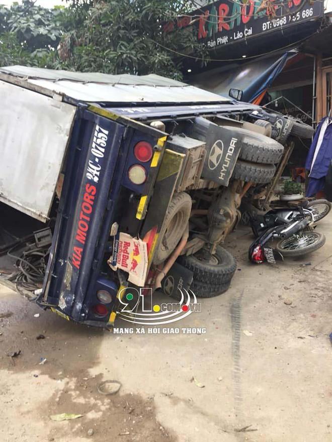 Hiện trường vụ t.ai n.ạn xe khách lao vào 6 xe máy bên đường khiến nhiều người r.ùng m.ình  - Ảnh 2.