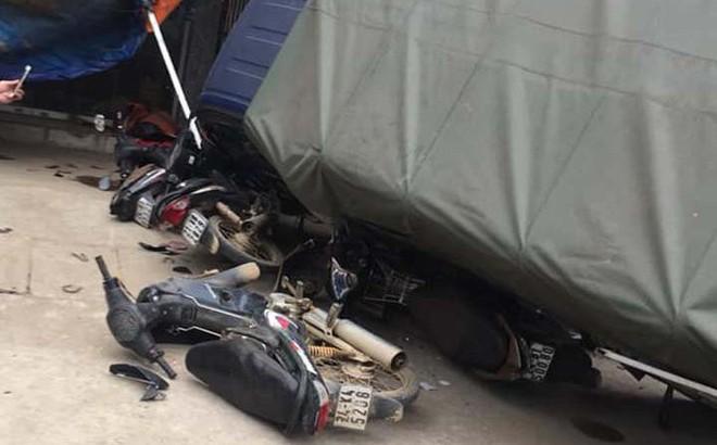 Hiện trường vụ t.ai n.ạn xe khách lao vào 6 xe máy bên đường khiến nhiều người r.ùng m.ình