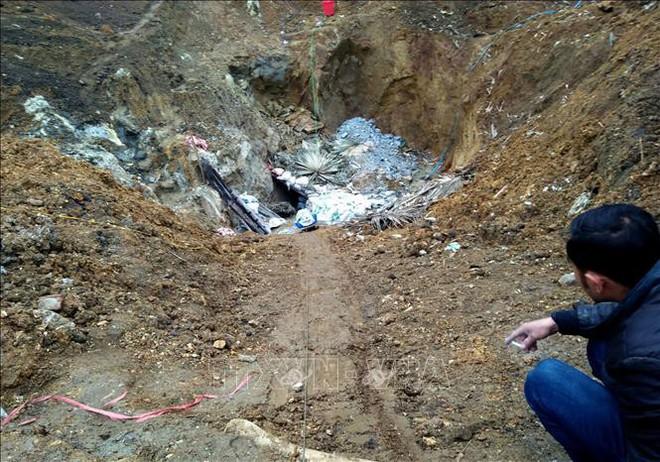 Phóng viên TTXVN bị đe dọa, hành hung tại hiện trường khai thác quặng trái phép  - Ảnh 1.