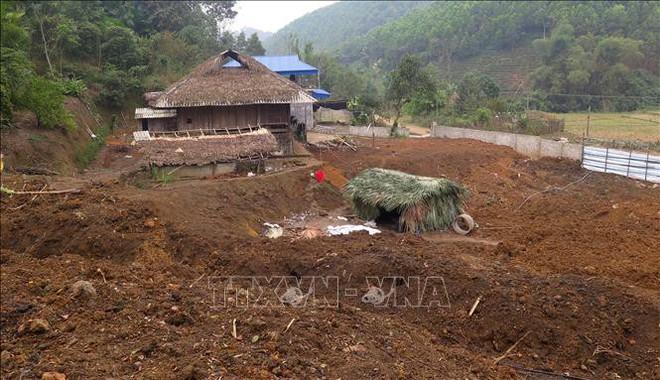 Phóng viên TTXVN bị đe dọa, hành hung tại hiện trường khai thác quặng trái phép  - Ảnh 2.