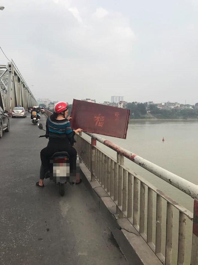 Xôn xao hình ảnh người phụ nữ vứt cả bàn thờ xuống sông để tiễn ông Táo - Ảnh 2.