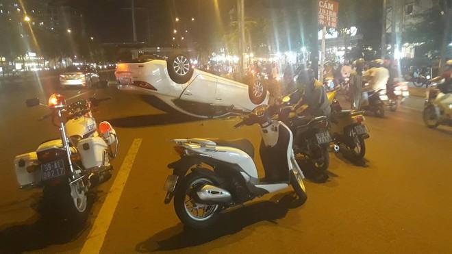 Ô tô lộn nhào trên đường ở Sài Gòn, tài xế nghi say xỉn chống đối công an - Ảnh 1.