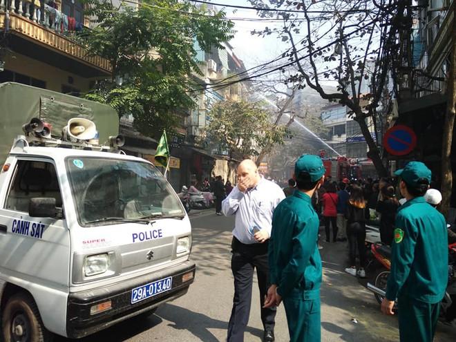 Cháy nhà trên phố cổ Hà Nội ngày cúng ông Công, ông Táo - Ảnh 4.