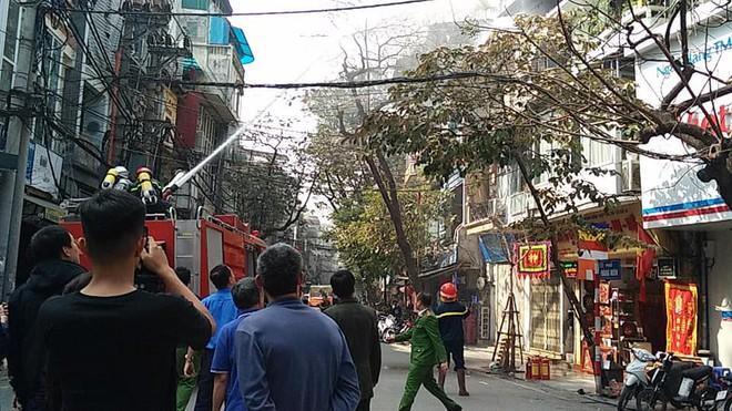 Cháy nhà trên phố cổ Hà Nội ngày cúng ông Công, ông Táo - Ảnh 2.