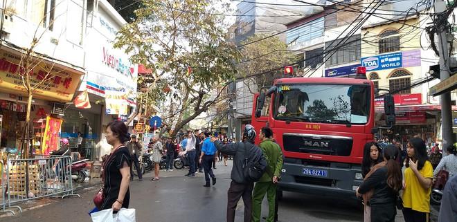 Cháy nhà trên phố cổ Hà Nội ngày cúng ông Công, ông Táo - Ảnh 5.