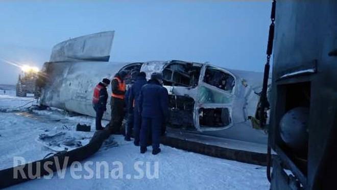 """Tu-22M3 rơi vào """"tuyết đổ"""" gãy đôi, 3 phi công thiệt mạng - Ảnh 1."""