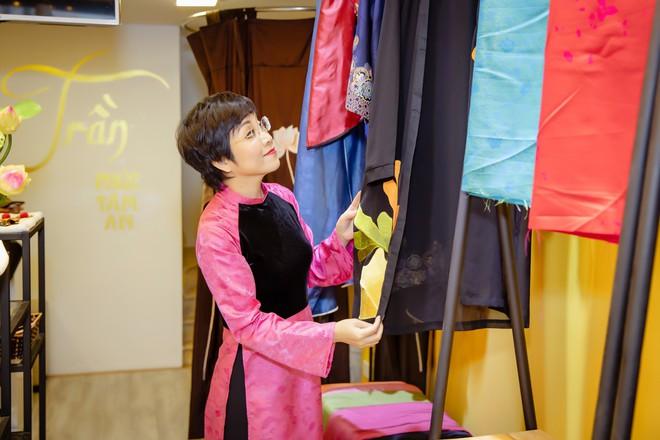 Quốc Khánh chăm chút cho cô Đẩu Công Lý  - Ảnh 1.
