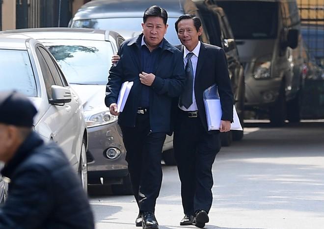 Sau khi bị tuyên hơn 30 tháng t.ù, 2 cựu Thứ trưởng Bộ Công an bình thản rời tòa - Ảnh 6.