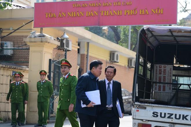 Sau khi bị tuyên hơn 30 tháng t.ù, 2 cựu Thứ trưởng Bộ Công an bình thản rời tòa - Ảnh 9.