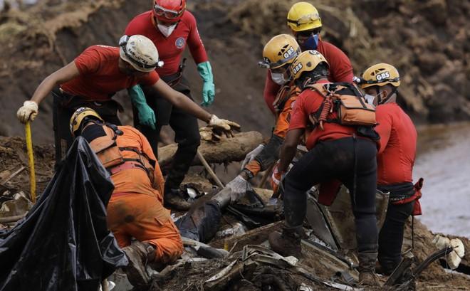 24h qua ảnh: Nhân viên cứu hộ kéo xác người trong thảm họa vỡ đập