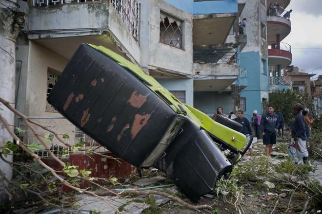 24h qua ảnh: Nhân viên cứu hộ kéo xác người trong thảm họa vỡ đập - Ảnh 8.