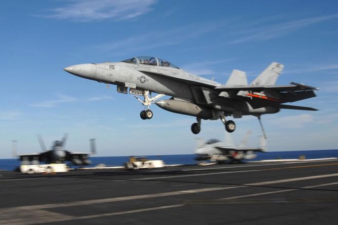 Truyền thông Nga: Tiêm kích F/A-18 Mỹ vừa bị khóa chặt ngay trước họng súng của Su-35 - Ảnh 1.