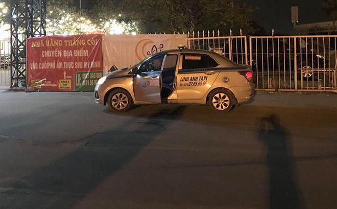 [NÓNG] Tài xế taxi đạp cửa bỏ chạy rồi gục chết phía trước sân Mỹ Đình, cổ có thương tích