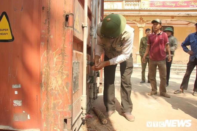 Dân làng mua thùng container 40 triệu đồng, cử 23 người bảo vệ gỗ cây sưa trăm tuổi vừa đốn hạ - Ảnh 8.