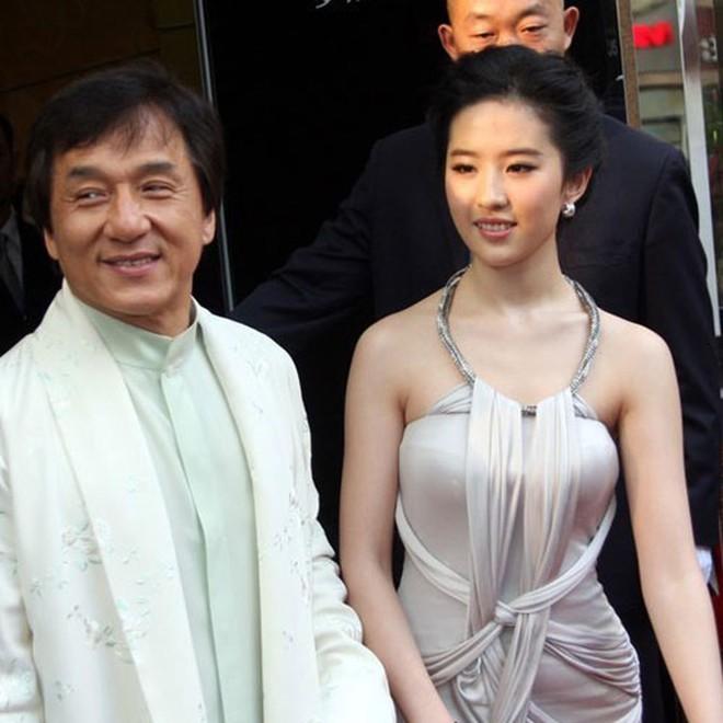 Xôn xao tin Lưu Diệc Phi có bầu với Thành Long, phải lén lút phá thai năm 15 tuổi - Ảnh 2.
